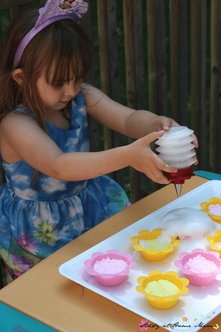 Fizzy Dough Cupcakes - an awesome sensory activity for kids. Make baking soda play dough for the kids to play bakery, and then add some vinegar for fizzy fun! Also a great preschool science experiment, too!