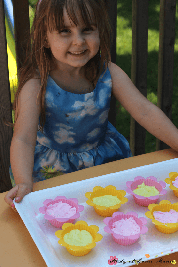 How to make fizzy dough cupcakes, a great sensory activity for kids. Vinegar and baking soda play dough react for some fizzy sensory play!