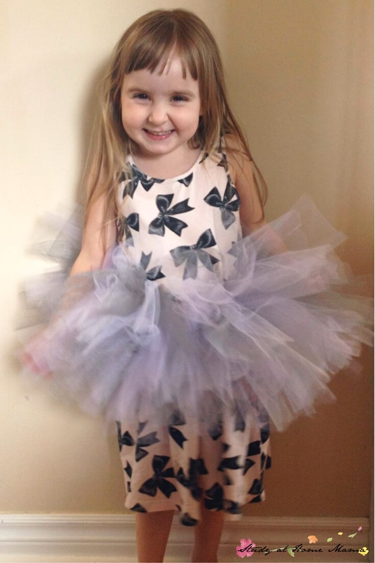 Have your little ballerina help make her own no-sew tutu! An easy homemade tutu-tutorial