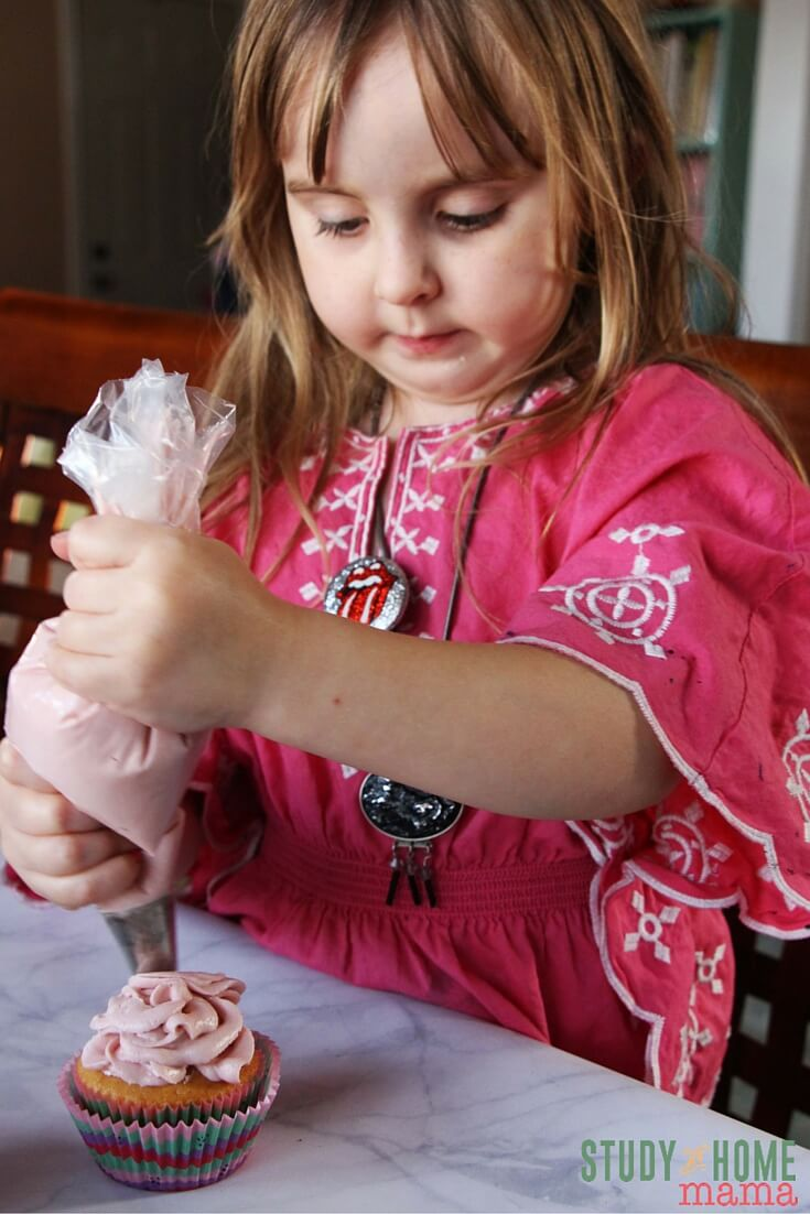 These rose cupcakes are so easy, a child can make them! A true kids' kitchen recipe