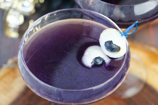 How pretty is this night sky cocktail with edible glitter